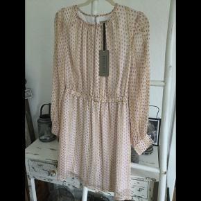 Smuk unika kjole i flot mønstret pastel nuancer med rosa bundfarve og guld stribe i, str L, har foer, elastik i taljen og en knap lukning bagpå en virkelig flot kjole, ny med mærke dyr fra ny ca 800 kr.  Pris 200 + porto