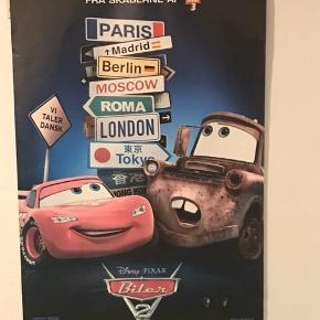 Lightning/Lynet McQueen pakken 1 stk Mac lastbil med lyn, siden kan tages af og på, hvor der er plads til 10 biler, L: på 61 cm og 10 cm i B. 1 stk McQueen plakat; L: 101 og B:69 1 stk væg lampe, L:20, B: 24 og ledning: 150 cm. Kommer fra et ikke ryger hjem. Pakken sælges 1 salg, sender gerne men på modtagers regning.