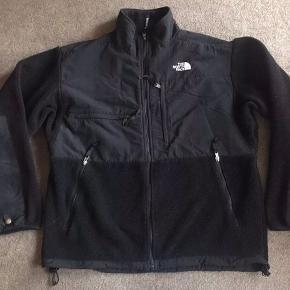 The North Face Denali jakke sælges, den er blevet brugt meget men har stadig massere af liv i sig.  Cond 7/10 ingen huller eller lignede