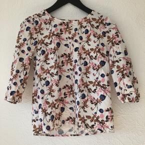 Fin bluse fra object i hvid med mønster str 36, aldrig brugt. Kan hentes i Taastrup eller sendes med Dao for 37 kr.