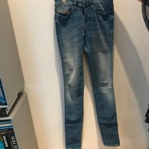 Smarte skinny jeans fra Diesek str. 27/34 i en smart blå vask uden pletter eller fejl.  Ny pris: 1000kr. Nu: 350 kr. eller BYD