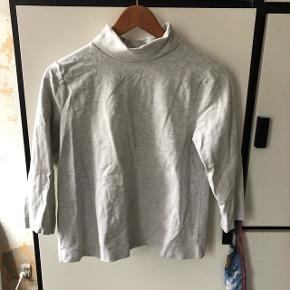 Bluse i grå fra h&m i str. M 👌🏼 i pæn stand. Kun brugt få gange. Den har 3/4 ærmer.  Kan hentes på Frederiksberg eller sendes med dao.