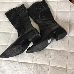 Superfine 3/4 lange støvler i sort skind. Helt nye . Str 7, med fine detaljer  Skal skrive pris men bud er velkomne