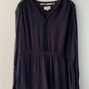 Lækker bluse med fineste detaljer. Smuk mørk lilla farce. Elastik i taljen.  Aldrig brugt, men tags er taget af.   Jeg bytter ikke😊
