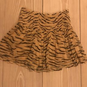 Mega flot ganni nederdel. Nederdelen har to mindre huller kan dog ikke ses når man den på.