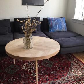 Massivt sildebens bord i egetræ med egetræsben. Bygget af møbelsnedker.