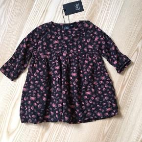 Petit by Sofie Schnoor kjole str. 80. Helt ny og stadig med mærke. Desværre købt for lille. Fra røg- og dyrefrit hjem. Kan hentes i Skanderborg eller sendes for købers regning.  Slået op på andre sider også