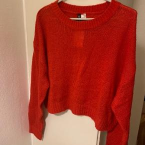 Rød / koral rød oversize sweater i str L (Tror også den passes af M ift oversize model) Længde ca 50 cm Bredde fra ærmegab til ærmegab ca 60 cm Ærmer målt fra armhule og ned pga lav skuldersøm ca 50 cm Materiale r acryl