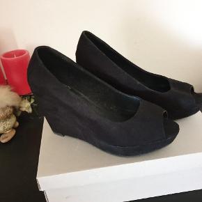Sorte plateau sko / højhælede / sandaler i str. 38 fra Even&Odd. Kun brugt en enkelt gang og næsten ligesom nye. Hæl 9,5 cm, og plateau 2,5 cm, så føles som 7cm høje sko. Åben ved tåen / Peep toes.   Nyprisen var 349 kr.  Kan afhentes på Vesterbro i København eller sendes med posten. Køber betaler dog porto 😊