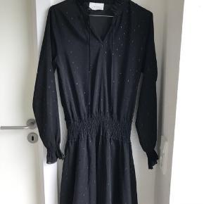Neo Noir kjole med glimmer prikker på sig. Det er en størrelse small og nyprisen er 599 kr. Den er brugt få gange, men fejler ingenting.   Modellen hedder Melly Dress   Kan sendes på købers regning🌸