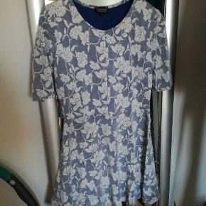 Så fin kjole fra topshop, lange kort ærmer. Kig også gerne i andre annoncer, mængderabat gives. Sendes gerne, køber betaler porto 😊 Afhentning i KBH NV.