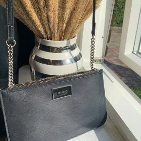 Lille skuldertaske fra Mango. Super sød taske, som passer til alt. Har været utroligt glad for den og super praktisk til hurtigt at tage med ud af døren. Købt fra Mango Butikken og i super fin stand, blot lidt mærker på lynlåsen, spørg for tættere billeder.