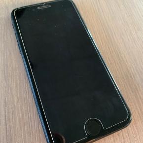 Iphone 7, 128 GB i spare Grey. Købt i Elgiganten. Har altid haft panser og cover på, bærer også tegn på brug. Den sælges med panser på. Befinder sig i Hjerting.