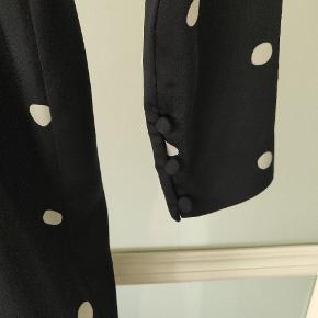 Flot slå-om kjole fra Other Stories i mørkeblå