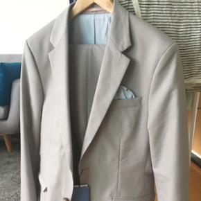 Sælger dette fine jakkesæt i en grå. Det er en str 48. Aldrig brugt.