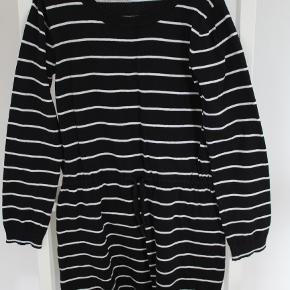 Sød kjole i strik fra Name It Pæn stand  Prisen er excl. porto Bemærk, mine priser er faste. Handler gerne mobilepay på 26810990