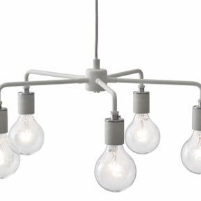 Den utroligt flotte og populære lampe Leonard Chandelier. Pakkerne har været åbnet, men lamperne har aldrig været taget i brug. Fejler absolut intet og sælges uden pærer, da de er købt sådan.   Har 2 stk. 1 koster 1800 og 2 for 3200:-) Nypris er 5000.