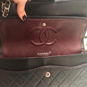 Sort Chanel 2.55/classic dobbeltflap i medium/ 26x14x7 cm med sølv hardware.  Den er købt for 19.900,- af Deedee, og er brugt sparsomt siden købet, da den er for lille til mit behov. Dustbag og kvittering fra DeeDee medfølger.  Den sælges da jeg ønsker mig en jumbo/Reissue xl.   Bytter kun til ovenstående 2 modeller.