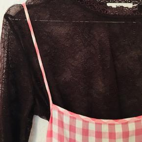Langærmet bluse lavet af blondestof der er elastisk. Den passer til størrelse S-M  Den er gennemsigtig og kan fx bruges til at have under kjoler med stropper om efteråret og vinteren 🧣  Kjolen på billedet er også til salg  Kan afhentes på Nørrebro, Nordvest og Frederiksberg 🌻  Se gerne mine andre varer 👡👘👒👛 Der bliver løbende lagt nyt op ✌️
