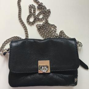 """Sælger denne taske, som er fra mærket """"Depeche"""". Den er super fin, og god størrelse. Tasken er i ægte skind (læder), og der medfølger både en kæde og en læderrem. Den er brugt få gange, da den ikke lige var mig alligevel, og fejler derfor intet. Mål: 17x12 cm Np: 700-, BYD!   (Sender og mødes)"""