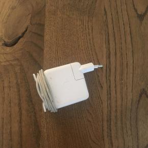 Original oplader til MacBook air. 1,5 år gammel. virker som den skal 👍