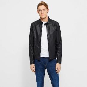 """Mads Nørgaard læderjakke """"broken leather Jiff"""" str. XL. Passer L-XL  Virkelig fed og perfekt som overgangsjakke.  Sælges da jeg desværre ikke får den brugt.  Brugt ca. 3-4 gange.  Nypris 2500 kr."""