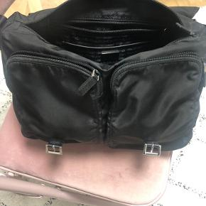 Prada taske sælges😁 Sprit ny, plads til computer og andet - perfekt som skoletaske.  Dustbag og authenticity certificate card haves    https://www.prada.com/dk/en/women/bags/shoulder_bags/products.fabric_shoulder_bag.1BD738_V44_F0002_V_OOO.html   BYD!!