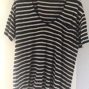 Stribet navy/beige bluse med brystlomme.   Vaskeanvisningen er fjernet.  Køber betaler fragt og TS   BYTTER IKKE