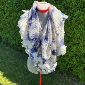 Maison Scotch tørklæde i 95% uld. Måler ca. 102x102 cm.  Sælges for 95,- pp.  #30dayssellout