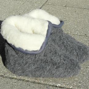 Dejlige tykke, bløde og varme uldhjemmesko:  - 100 % merinould - Håndsyet - Antiskrid-sål (dog ikke baby)  - Alle de gode kvaliteter, som uld har - Kradser ikke 'Slids foran, så de er lettere at tage på  Pris via Tsh eller mobilepay:  Pris: 165,- kr./par (2 par for 300,-)  Farve: Grå/Blå  Størrelse: 39-42  PORTO: 33,- KR MED DAO ELLER 52,- KR. UDEN OMDELING m. POST NORD - PAKKEN ER FREMME 1-2 DAGE EFTER. Jeg kan også sende som alm. maxibrev til 32 kr (et par sko), men det tager ca. en uge.  Hjemmesko - uldsko - uldhjemmesko Farve: Grå/Blå
