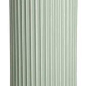 Lyngby vasen 25 cm mat grøn porcelæn Lyngby vase på 25 cm er en ualmindelig smuk og anvendelig vase. Til store buketter, til liljer, kahlaer, til kirsebær- og æblegrene. Står den alene bliver den en fritstående skulptur i sig selv. Stiller du den sammen med andre størrelser Lyngby vaser, bliver den et harmonisk samlingspunkt. Den udstråler ro og klassisk skønhed, uanset hvor og med hvad du placerer den.   Producent: Lyngby A/S Mål: 25 cm H x 13,7 cm B Materiale: Porcelæn