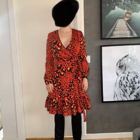 Brand: Gestuz  Stylenavn: Gabriella dress Materiale: 100% polyester   OBS: Prisen er fast og jeg bytter ikke!
