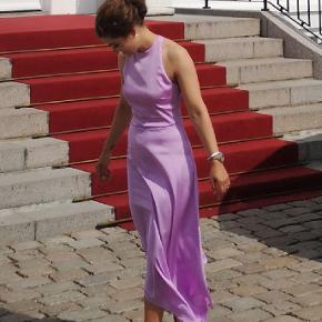 NLY Eve Assymetric Midi Dress Brugt en gang til bryllup i august 2019.  Hvor billederne også er taget 😊 Kjolen har bar ryg med brede bånd der  krydser.