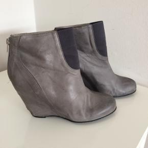 Flotte støvler med plateau / hæl ca. 7 cm plateau foran ca. 2 cm / lynlås bagpå