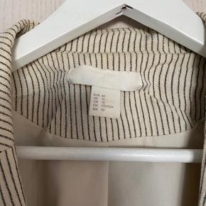 """• Nålestribet beige blazer fra H&M i str. 40/L  (kan også bruges oversized)  • Den har """"lette"""" skulderpuder  • Køber betaler fragt✨"""