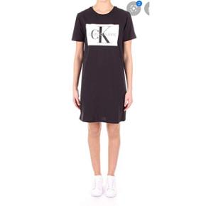 Ny kjole fra Calvin Klein. Ikke brugt særlig meget, rigtig pæn stand. Str M.