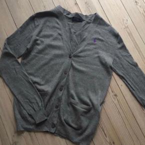 Varetype: grå cardigan Farve: grå Oprindelig købspris: 1000 kr.  94% bomuld 6% merino uld  Bytter ikke