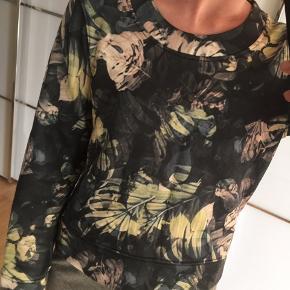 Sød pullover med print og lynlås i nakken.   Passer XS-S 😊