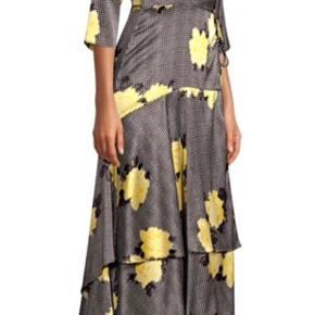 Smukkeste silkekjole fra Ganni. Har aldrig været brugt. Købspris 4000,- Bytter ikke