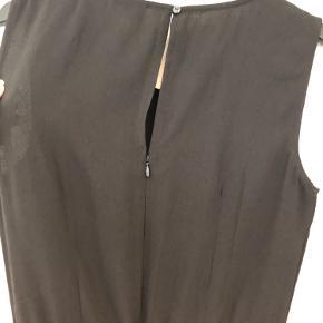 Denne fine buksedragt fra VILA er aldrig brugt og skal nu videre til en anden. Den er meget klassisk - den har lige ben, bindebånd i taljen og lynlås på ryggen.