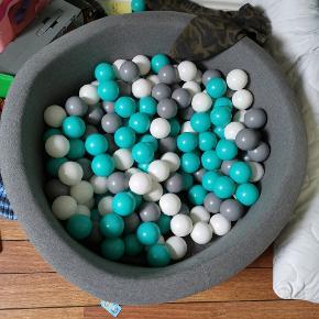 Misioo boldbassin. Jeg tvivler på alle bolde som der var, stadig er der. Men der er en del. Godt brugt og 2 år gammel. Sendes ikke