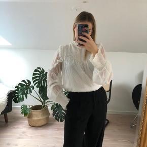 Fin bluse fra Zara med flæser og smock.  Køber betaler eventuel fragt - bytter ikke.  Jeg er 163 cm høj.