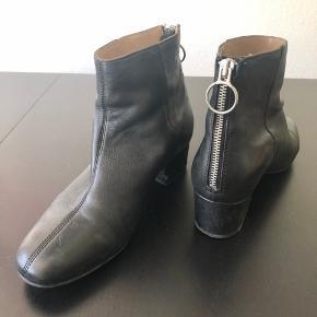 Støvler i ægte skind. Har slidmærker på hælene fra pedaler