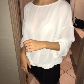 Sælger denne bluse 🌸 Den kan passes af både en S og en M 🌸