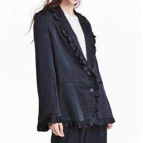 Fin blazer fra H&M trend. Str 34. Brugt få gange og fremstår i pæn stand. Bytter ikke. Nypris 599 kr