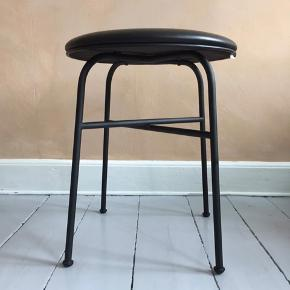 Komplet ny taburet fra Menu, designet af Afterroom. Dette er en unikamodel, da sædet er ægte læder, og ikke er i produktion endnu. Man får taburetten indpakket. Uden lædersæde koster skamlen omkring 1000,- fra ny. Højde 47 cm   Bredde 45,4 cm   Diameter 45,4 cm