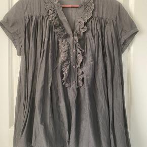 Rigtig fin skjortebluse med korte ærmer fra Custommade sælges.. Den er lavet af 68% bomuld og 32% silke..