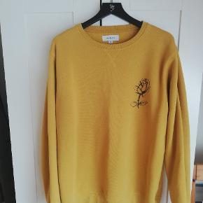 Soulland sweater i tæt fit, med små brugsmærker i form af pillen ved ærmer og lænd