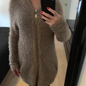Super lækker blød trøje med guld lynlås foran og hætte. Den kan også bruges som tynd jakke til sommer.