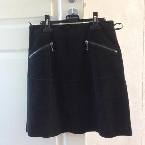 Varetype: Ruskinds nederdel Farve: Sort Oprindelig købspris: 700 kr. Prisen angivet er inklusiv forsendelse.  Lækker rudkindsnederdel med for og lommer. Lukkes med lynlås i siden Brugt x 2, ingen pletter eller andet. Talje 38 cm x 2 Længde 48 cm Bytter ikke. Sender med DAO og handler gerne mobilpay